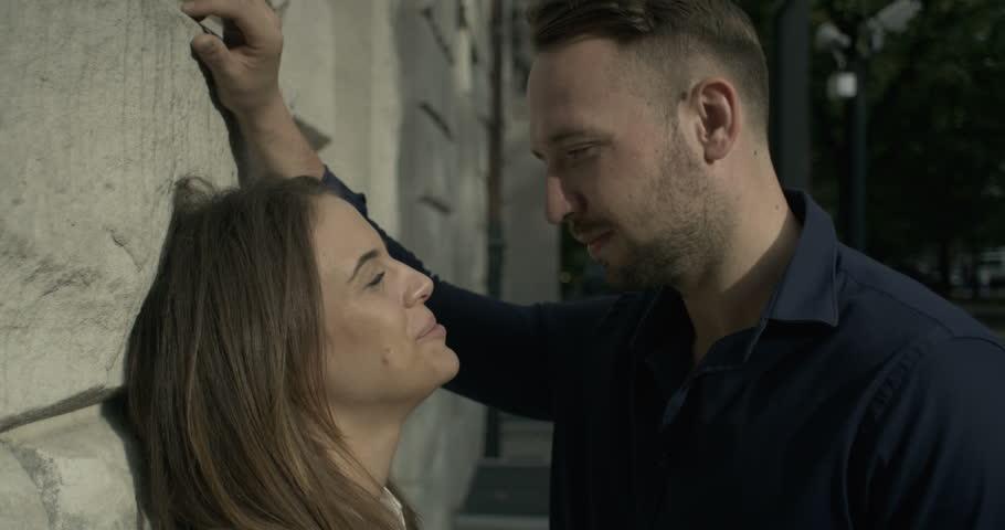 Girls kiss each other clips est tellement