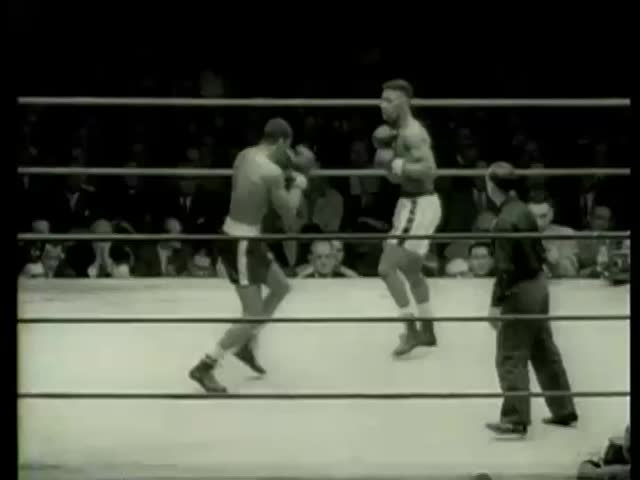 Kent Green from Chicago and Loomis Oglesby of Kansas City, MO, fight at Golden Gloves final heavyweight match in Chicago circa 1958-MGM PICTURES, UNIVERSAL-INTERNATIONAL NEWSREEL, USA, filmed in 1958 - SD stock video clip
