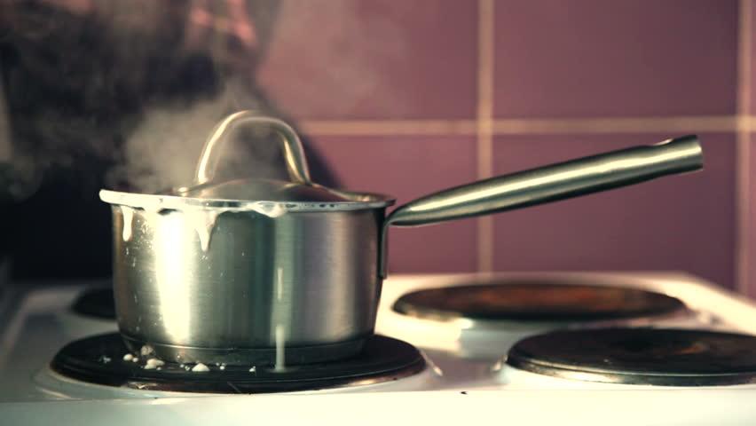 Boiling pan on the burner