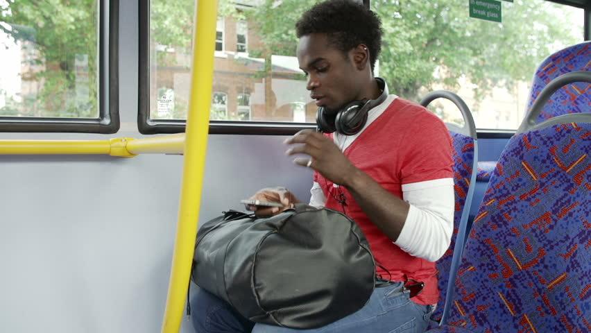 Jungen im bus kennenlernen