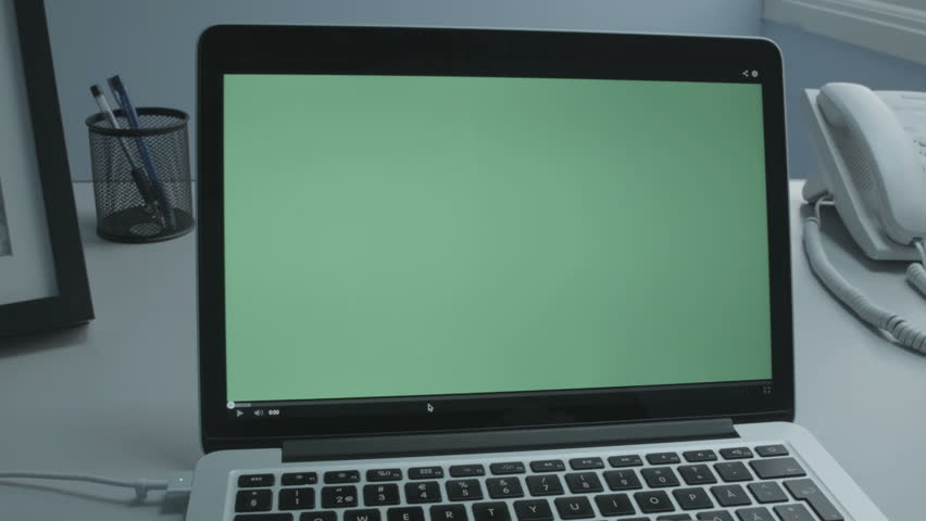 Video player Starts (Greenscreen) Laptop in office, Medium